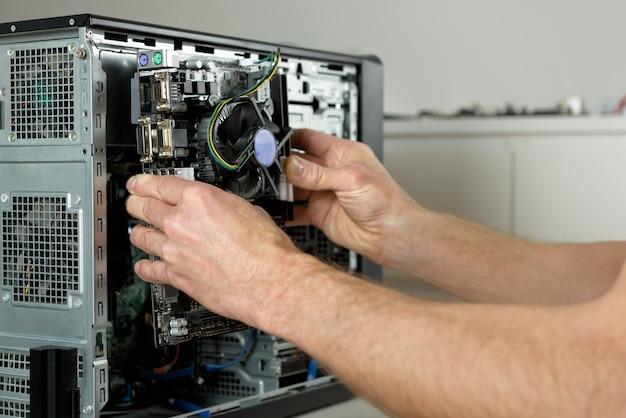 Ein techniker installiert das motherboard im desktop-gehäuse.