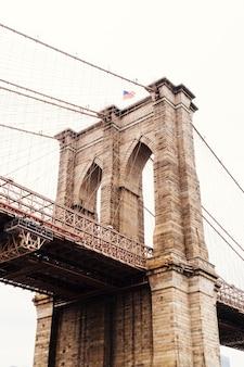 Ein teil der brooklyn bridge bei bewölktem wetter