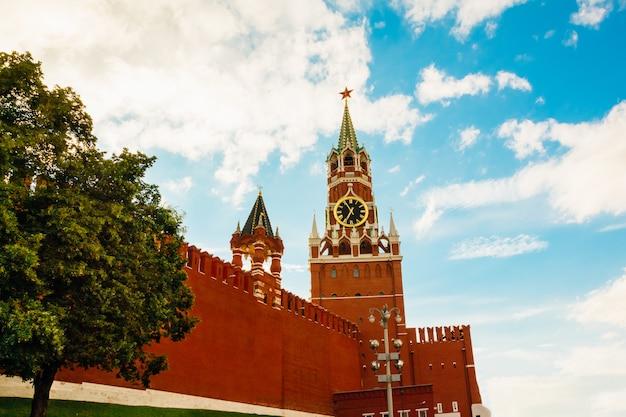Ein teil der mauer in der nähe des kreml-spasskaya-turms mit glockenspielen