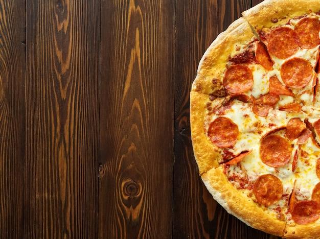Ein teil der peperoni-pizza, tomatensauce, extra mozzarella-käse