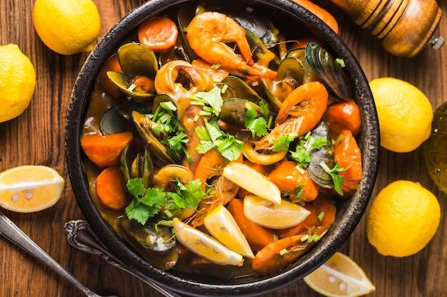 Ein teller mit curry-meeresfrüchten