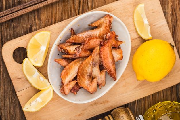 Ein teller mit frisch gebackenen hühnerflügeln - hühnerflügelspitze