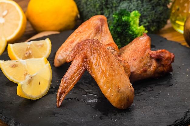 Ein teller mit frisch gebackenen hühnerflügeln