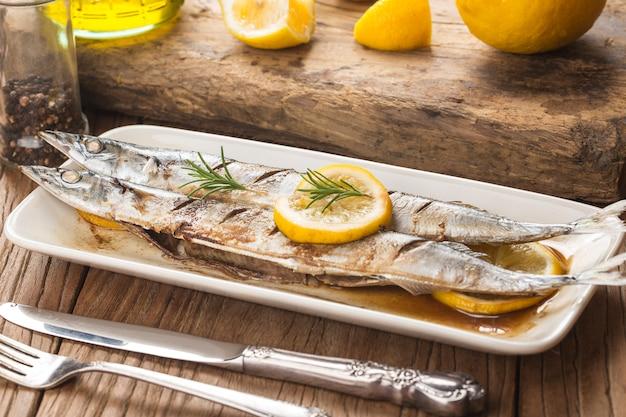 Ein teller mit frischem grill makrelenhecht