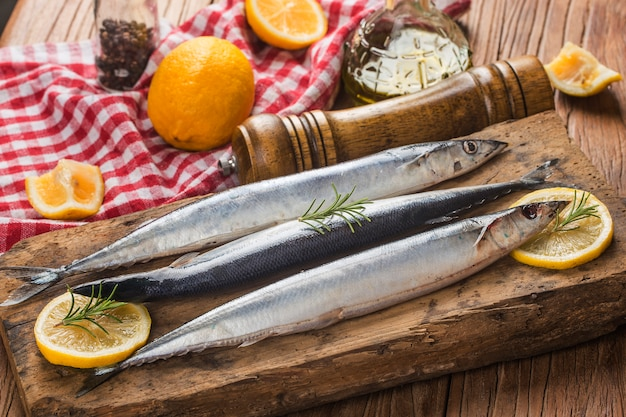 Ein teller mit frischem makrelenhecht