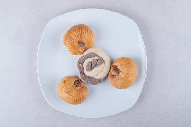 Ein teller mit hausgemachten süßen keksen auf marmortisch.