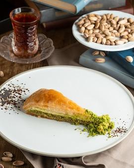 Ein teller mit türkischem pakhlava mit pistazien