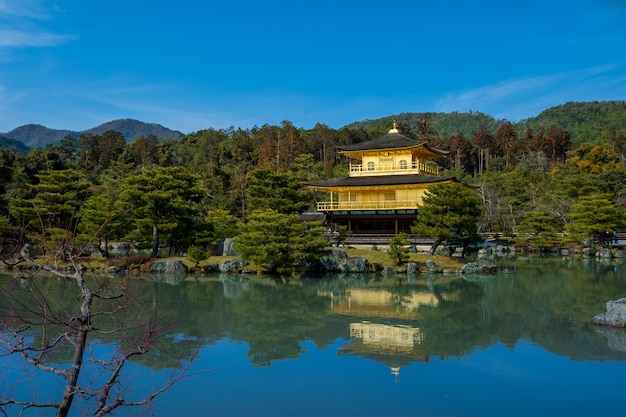 Ein tempel in kyoto, der die haupttouristenattraktion der stadt ist.