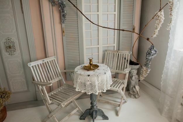 Ein tisch in der nähe des cafés, ort für ein foto in einem fotostudio