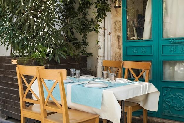 Ein tisch in einem restaurant oder einem sommercafé an der küste von antalya türkei platz in einem restaurant mit ...