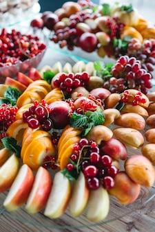 Ein tisch mit köstlichen früchten für alle gäste