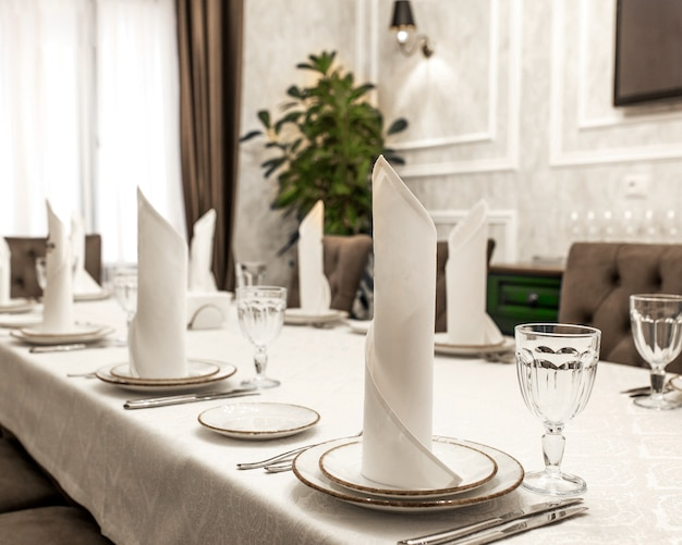Ein tisch mit weißem diener