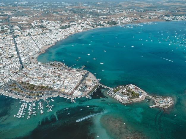 Ein toller blick auf porto cesareo und die kanincheninsel in apulien