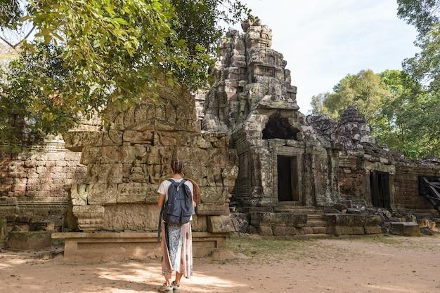 Ein tourist, der angkor-ruinen mitten im dschungel besucht