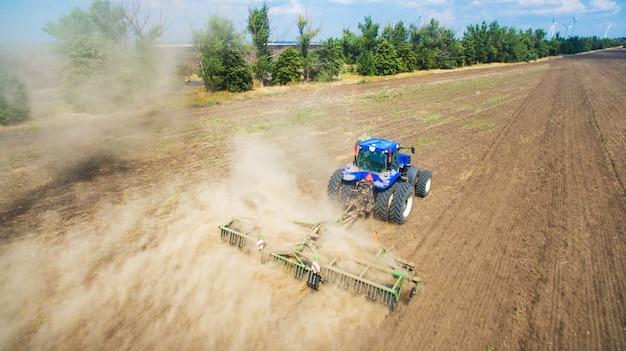 Ein traktor, der auf dem feld pflügt und sät