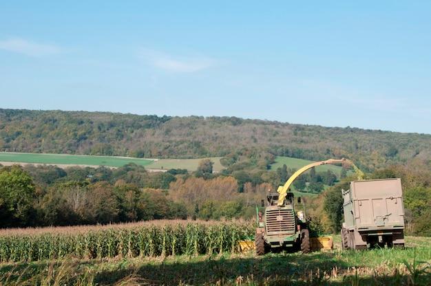 Ein traktor, der ein bauernfeld bearbeitet