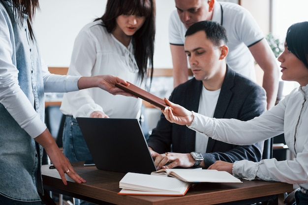 Ein treffen haben. geschäftsleute und manager arbeiten im klassenzimmer an ihrem neuen projekt