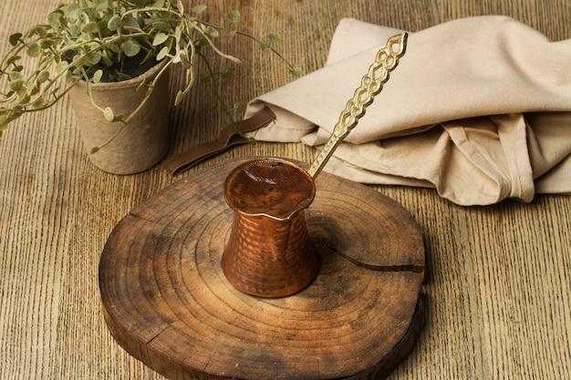 Ein türkischer kaffee auf einer baumstammscheibe und auf einem holztisch