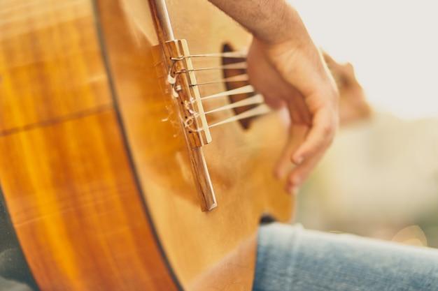 Ein typ, der eine akustikgitarre spielt