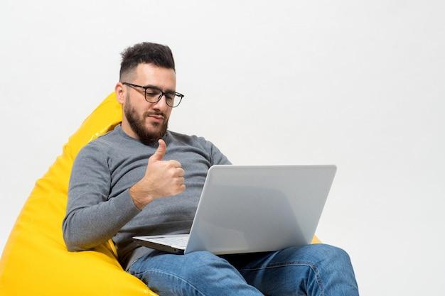 Ein typ zeigt während der arbeit daumen hoch