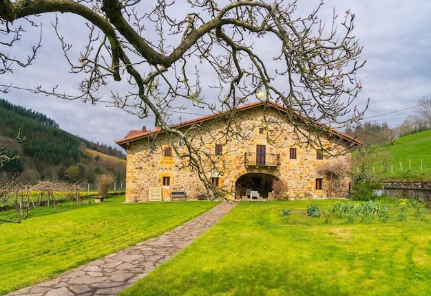 Ein typischer bauernhof im baskenland
