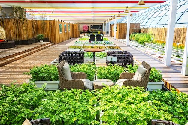 Ein überdachter lebensstilgarten mit innen- und außenleben