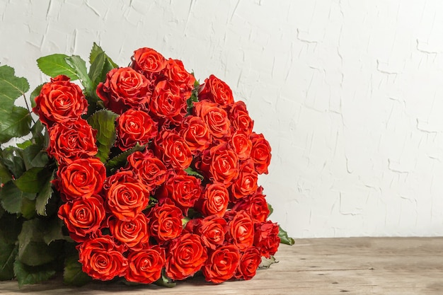 Ein üppiger strauß frischer roter rosen