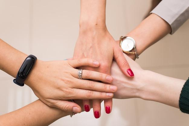 Ein unternehmen mit mehreren mitarbeitern wird zu einem team zusammengefasst. zusammenarbeit