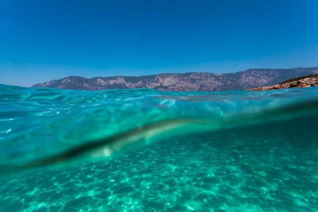 Ein unterwasser-korallenriff am roten meer