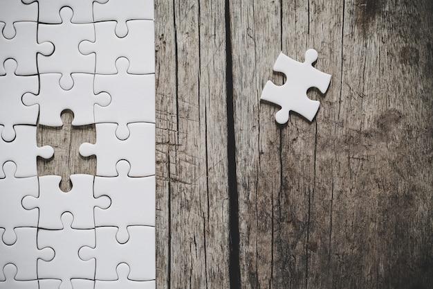 Ein unvollendetes weißes puzzle