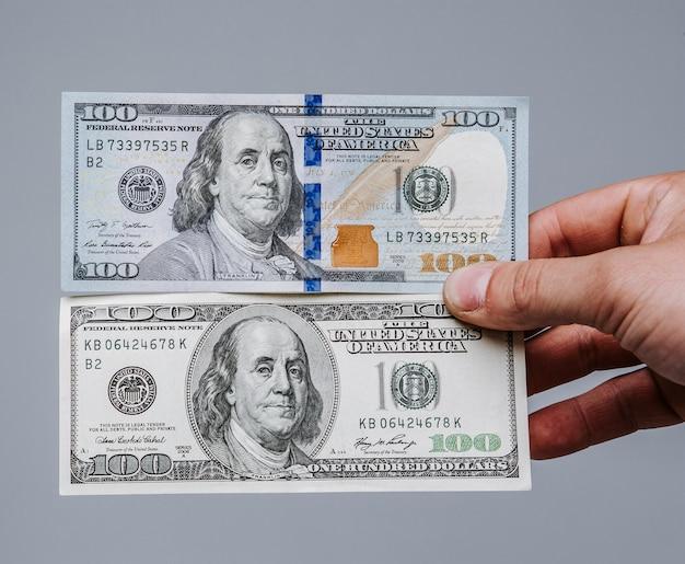 Ein vergleich der alten und neuen 100-dollar-scheine.