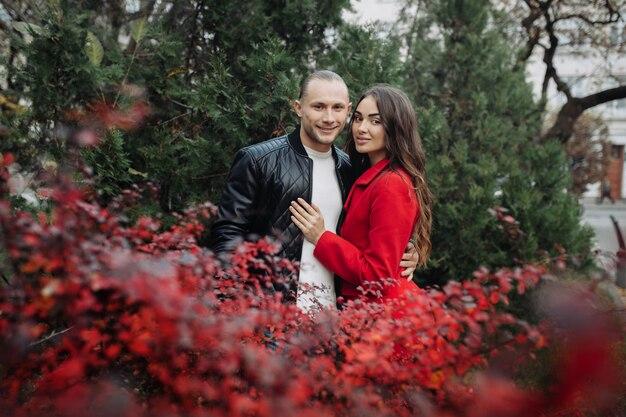 Ein verliebtes paar an einem romantischen date am herbsttag