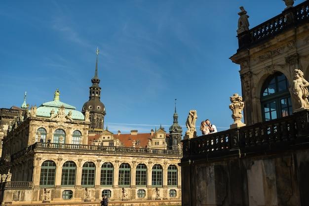 Ein verliebtes paar auf einem hochzeitsspaziergang im berühmten barocken zwinger in dresden, sachsen, deutschland