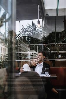 Ein verliebtes paar, das in einem café sitzt