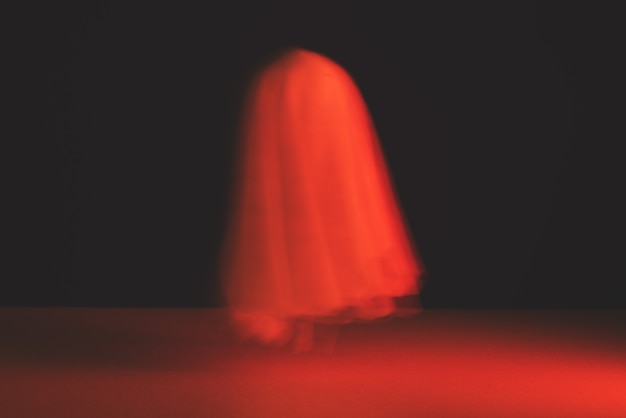 Ein verschwommener geist in blutiger tönung. halloween-urlaub.