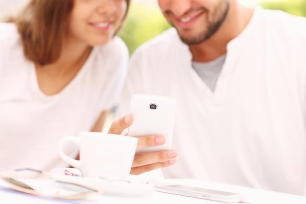 Ein verschwommenes junges paar und smartphone