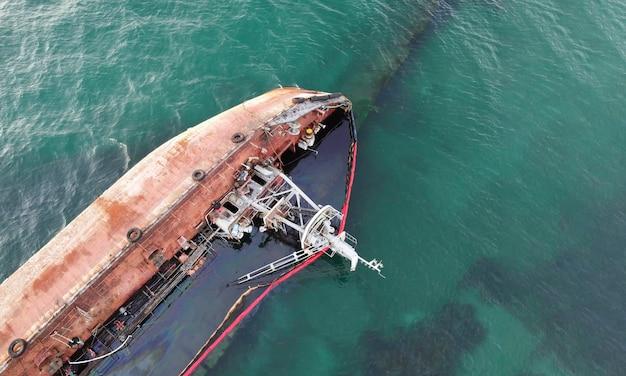 Ein versunkener tanker, der mit einem sturm das ufer traf. küstenverschmutzung durch öl. ökologische katastrophe.