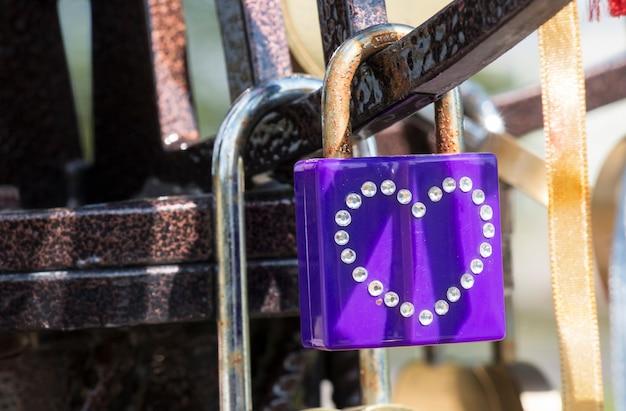 Ein violettes herz ist ein schloss, wiegt