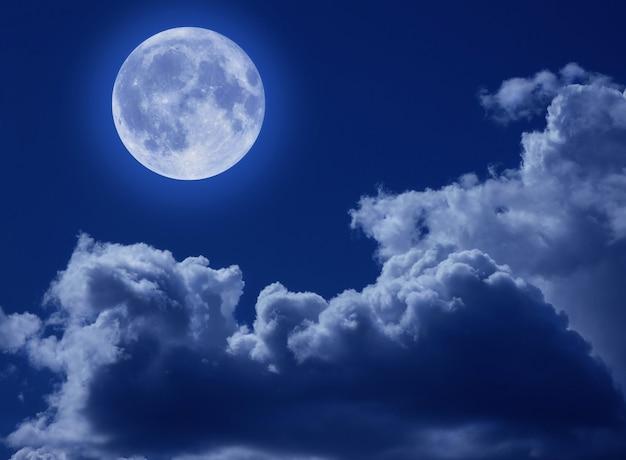 Ein vollmond in einem tragischen nachthimmel mit wolken. eine halloween-szene mit einer kopie des raums.