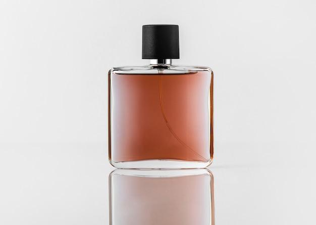 Ein vorderansicht-duftbraun mit schwarzer kappe auf dem weißen schreibtisch