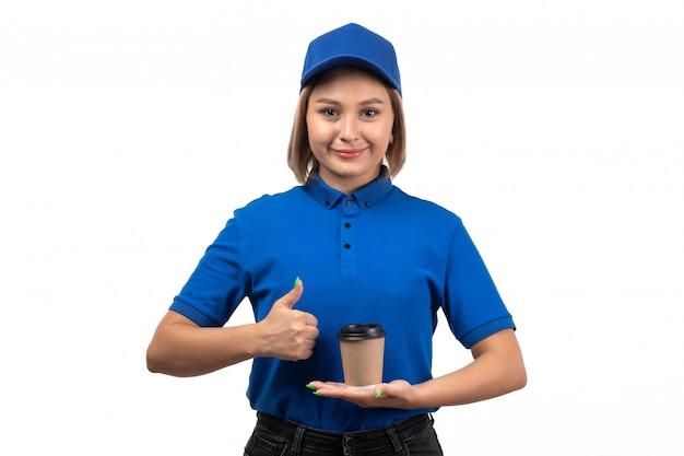 Ein weiblicher kurier der vorderansicht in der blauen uniform, die kaffeetasse hält