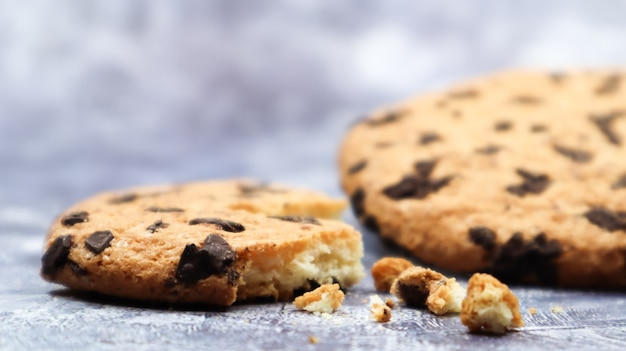 Ein weicher, frisch gebackener schokoladenkeks auf einer küchenarbeitsplatte aus grauem marmor. amerikanisches traditionelles dessert. leckeres süßes essen. hausgemachtes backkonzept für den urlaub. kulinarische hintergründe.