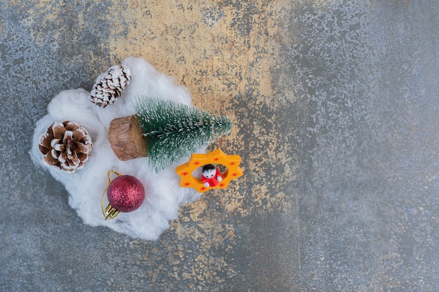 Ein weihnachtsbaum mit tannenzapfen und weihnachtskugel. hochwertiges foto