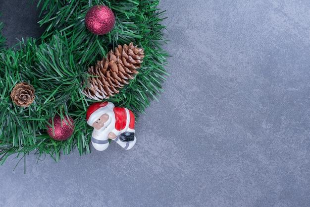 Ein weihnachtskranz mit weihnachtsmannspielzeug