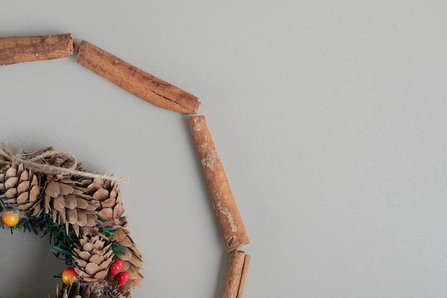 Ein weihnachtskranz mit zimtstangen.