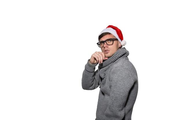 Ein weihnachtsmann in einem grauen pullover lächelt.
