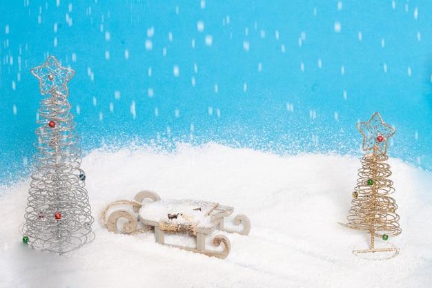 Ein weihnachtsschlitten von santa claus mit schnee und bäumen. lustiger weihnachtshintergrund für einladungen. Premium Fotos
