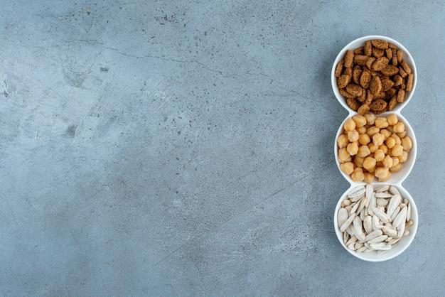 Ein weißer teller voller leckerer snacks. foto in hoher qualität