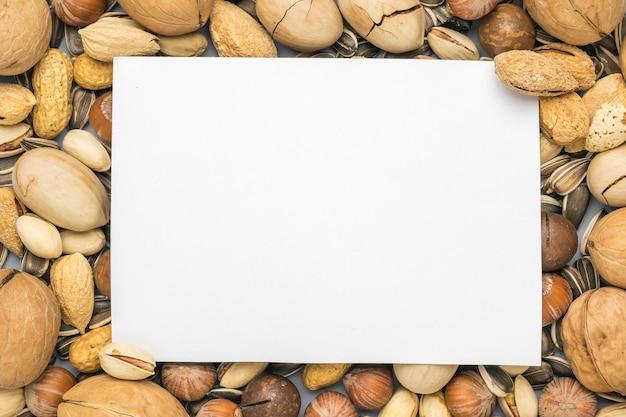 Ein weißes blatt papier auf der oberfläche einer nussmischung