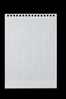 Ein weißes blatt papier zum schreiben in einen käfig mit löchern für ein federisolat auf schwarzem hintergrund